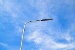 一根街灯杆有蓝天背景 免版税库存图片