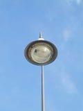 一根街灯杆有蓝天背景 库存照片