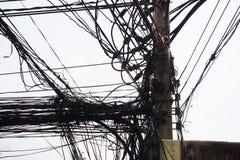 一根被缠结的输电线和绳子 免版税库存照片