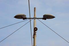 一根路灯柱的细节有一台小扩音器的 免版税图库摄影