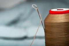 一根针的细节与螺纹的在工作室裁缝 库存照片