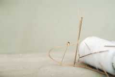 一根针的细节与螺纹的在工作室裁缝 免版税库存照片