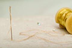 一根针的细节与螺纹的在工作室裁缝 库存图片