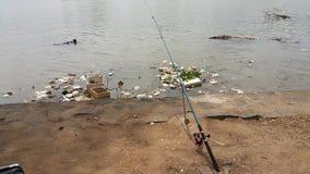 一根钓鱼竿被投下了入河区域 免版税库存图片