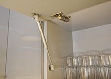 一根铰链的特写镜头细节在厨房碗柜的 免版税库存图片