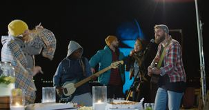 一格子衬衫的男性歌手有他的低音歌手的 股票视频