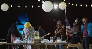 一格子衬衫的男性歌手有他的低音歌手的 免版税图库摄影