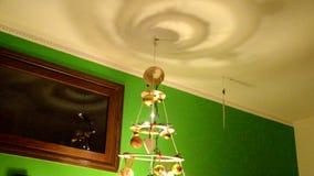 一棵原始的圣诞树的装饰品 股票录像