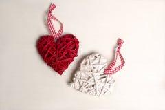 一棵圣诞树的照片与装饰品和装饰的情人节心形的红色和白色颜色 图库摄影