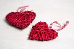一棵圣诞树的照片与装饰品和装饰的情人节心形的红颜色 免版税库存图片
