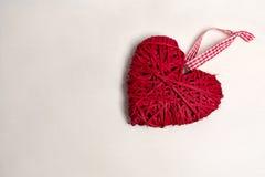 一棵圣诞树的照片与装饰品和装饰的情人节心形的红颜色 库存图片
