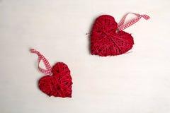一棵圣诞树的照片与装饰品和装饰的情人节心形的红颜色 库存照片
