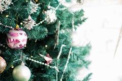 一棵圣诞树的片段与装饰品的 免版税库存图片