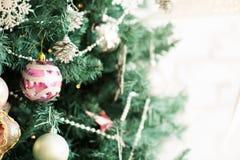 一棵圣诞树的片段与装饰品的 库存图片