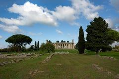 一棵寺庙和深绿树在清楚的蓝天下 库存图片