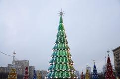 一棵巨大的人为圣诞树在自由正方形站立在哈尔科夫,乌克兰 2018个新年 免版税图库摄影