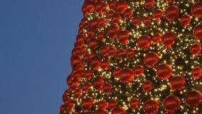 一棵巨大的圣诞树的旁边转折 股票录像
