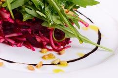 从一棵新鲜的甜菜的沙拉 免版税图库摄影