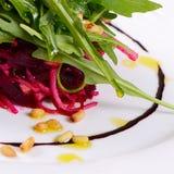 从一棵新鲜的甜菜的沙拉 免版税库存照片