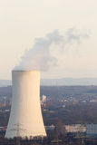 一棵煤电植物的冷却塔黄昏太阳的 库存图片