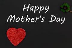 一棵红色心脏、幸运的三叶草和文本为母亲节 免版税库存图片
