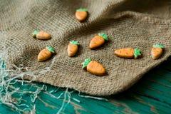 以一棵红萝卜的形式姜曲奇饼复活节的 库存图片