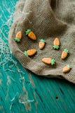 以一棵红萝卜的形式姜曲奇饼复活节的 免版税库存图片
