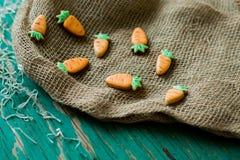 以一棵红萝卜的形式姜曲奇饼复活节的 免版税图库摄影