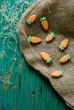 以一棵红萝卜的形式姜曲奇饼复活节的 免版税库存照片