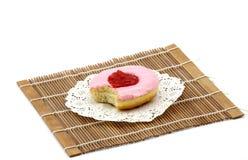 一棵被咬住的樱桃风味多福饼 库存图片