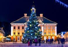 一棵装饰的圣诞树在市中心 库存图片