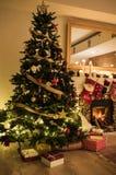 一棵装饰的圣诞树在房子里 免版税库存照片