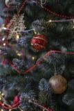 一棵装饰的圣诞树的片段 免版税库存图片