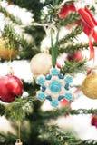 一棵装饰的圣诞树的特写镜头视图与雪花和Xmas球的 免版税库存图片