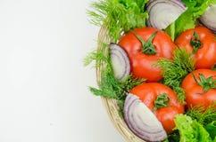 一棵整个蕃茄和被切的葱 库存图片