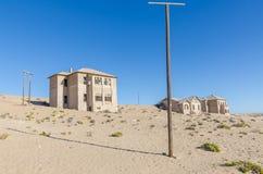 一次兴旺的德国采矿镇Kolmanskop废墟在Luderitz,纳米比亚,南部非洲附近的纳米比亚沙漠 免版税库存照片