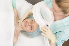 一次勘测的妇女在美容师 免版税库存照片