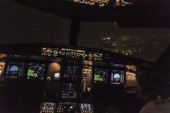 一次商业喷气机着陆的驾驶舱视图在airpor的 免版税库存照片
