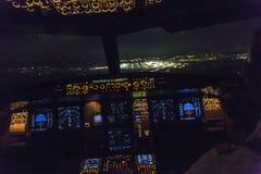 一次商业喷气机着陆的驾驶舱视图在airpor的 免版税图库摄影