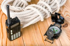 一次复杂和危险远足的绳索和航海设备我 库存图片