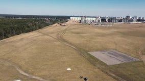 一次小模式飞机飞行的空中英尺长度在天空中 股票录像