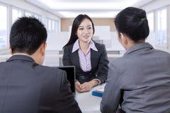一次工作面试的女性申请人在办公室 免版税库存图片