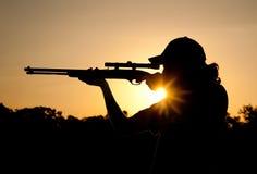 一次年轻人射击的剪影与步枪的 免版税库存图片