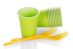 一次性塑料在白色隔绝的杯子和叉子 免版税库存照片