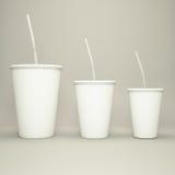 一次性杯子饮料的大容量与在灰色背景的秸杆 免版税库存照片