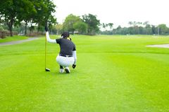 一次打高尔夫球的胜利的起点从一位女性高尔夫球运动员的 免版税库存图片