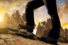 一次旅行的山远足者在日落 免版税库存图片