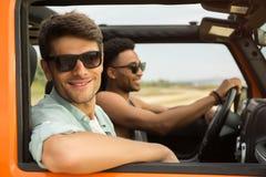 一次旅行的微笑的可爱的人与他的朋友 免版税库存照片