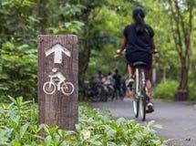 一次旅行的骑自行车者在乡下 库存图片