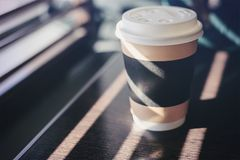一次杯用咖啡,热奶咖啡,拿铁,在一张木桌上的茶在一个咖啡馆在明亮的阳光下,立即使用食物的概念, fa 库存照片